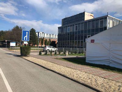 Nemocnica v Košiciach - Šaci spúšťa triáž pacientov v stane pred areálom nemocnice od stredy 15. apríla