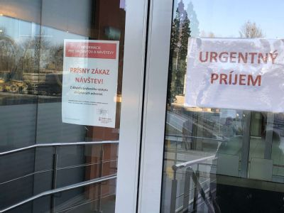 V nemocniciach stále platí prísny zákaz návštev, zdravotnícke zariadenie však môže udeliť výnimku